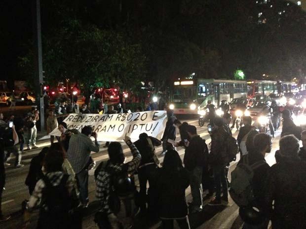 Grupo protesta contra  o aumento do IPTU na Avenida Paulista (Foto: Marcelo Mora/G1)