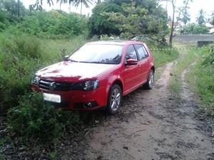 Carro que teria sido usado pelos suspeitos foi encontrado a 3km do local da explosão (Foto: Tenente Tavares/PMPB)