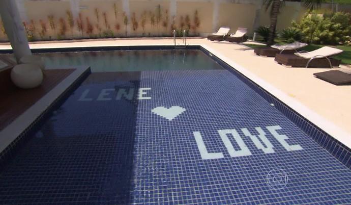 Love e a esposa têm uma psicina personalizada (Foto: TV Globo)
