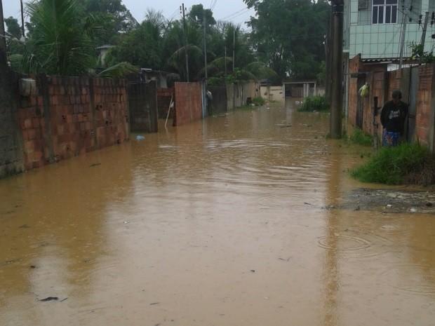 A professora Vanessa conta muitas ruas do bairro de Santa Cruz da Serra estão alagadas. (Foto: Vanessa Franco Marques/VC no G1)