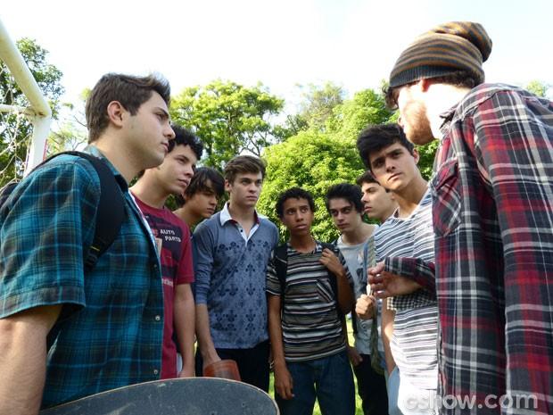 Eles planejam sabotar a apresentação das meninas (Foto: Malhação/ TV Globo)