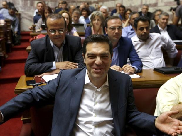 Primeiro-ministro grego Alexis Tsipras Syriza sorri antes de participar de sessão de grupo parlamentar, em Atenas (Foto: Reuters)