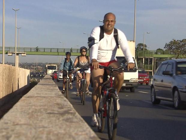 """Um grupo de ciclistas de Brasília participou nesta sexta-feira (10) de um passeio ciclístico  que saiu de vários pontos da cidade. O grupo Bike Anjo fez o percurso entre   Águas Claras e o Plano Piloto. O objetivo é incentivar o uso da bicicleta como meio de transporte para ir ao trabalho. O evento em Brasília foi promovido por integrantes do """"Rodas da Paz"""".  (Foto: Reprodução/Tv Globo)"""