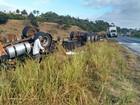 Caminhão que transportava produto químico tomba na BR-101, na Bahia
