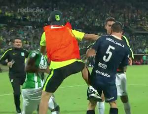 Gandula invade o gramado para agredir jogador do Rosario Central