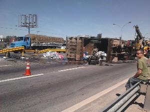 Caminhão tomba e complica o trânsito no sentido SP da Via Dutra (Foto: Renata Magalhães)