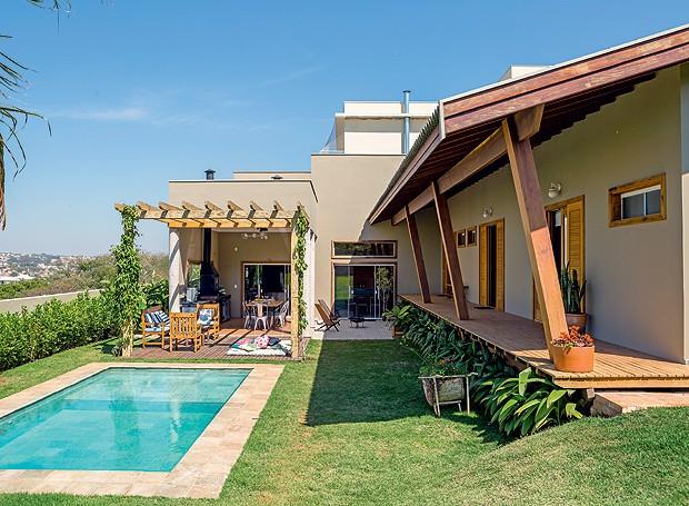 Casa de 430 m faz os donos mudarem de vida casa e - Piscinas grandes baratas ...