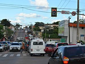 Trânsito de Rio Branco após interdição de ponte (Foto: Caio Fulgêncio/G1)