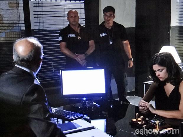 Descarada! Aline se diz inocente ao delegado... (Foto: Amor à Vida / TV Globo)
