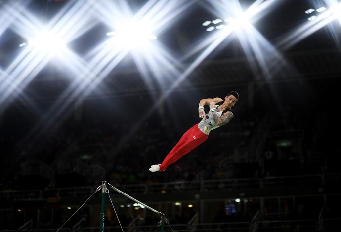 GALERIA - Alemão Marcel Nguyen flutua durante a prova das barras paralelas (Foto: Matthias Hangst/Getty Images)