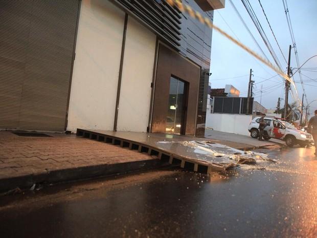 Placa de banco caiu com a força do vento em São Carlos (Foto: Maurício Duch/ folharegiao.com.br)