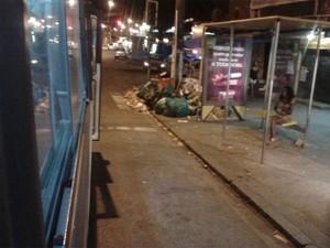 Lixo está amontoado em calçadas próximo à Cidade de Deus (Foto: Viviane Mateus / G1)