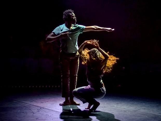 Dançarinos fazem coreografia de Your Ghost isNotEnough, de Kubilai Khan Investigation, atração do Movimento Internacional de Dança, em Brasília (Foto: MID/Divulgação)