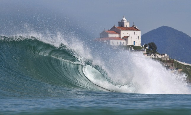 Itaúna, em Saquarema, é considerada uma das melhores ondas do Brasil