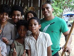 O mestre Cocoroca posa com os alunos (Foto: Lado a Lado / TV Globo)