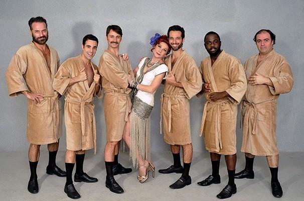 Seis desempregados se juntam e sobrem ao palco para um striptease (Foto: Guga Melgar)