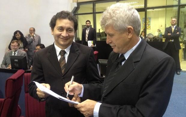 Alfredo Costa coletando assinatura do Deputado Airton Faleiro (Foto: Divulgação / Ascom)