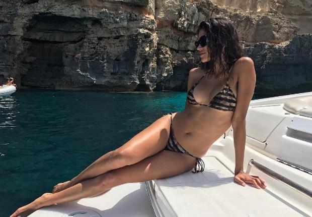 Raica Oliveira toma sol em Formentera