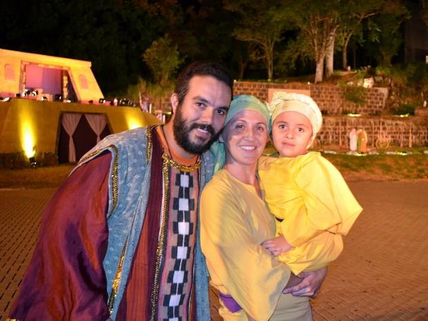 Casal e a filha de 4 anos durante ensaio da Paixão de Cristo em Piracicaba (Foto: Fernanda Zanetti/G1)
