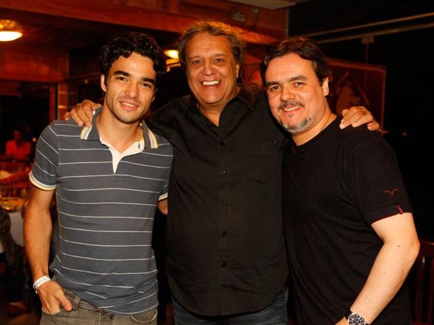 Dennis Carvalho recebe o carinho de Caio Blat e Cassio Gabus Mendes (Foto: Lado a Lado/TV Globo)