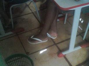 Chão de sala de aula ficou alagado após chuva (Foto: Uiliene Santa Rosa)