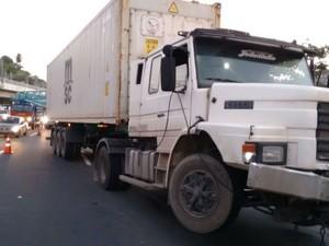Caminhão bateu em mureta de segurança na BR-324, em Salvador (Foto: Ubiratan Passos / TV Bahia)