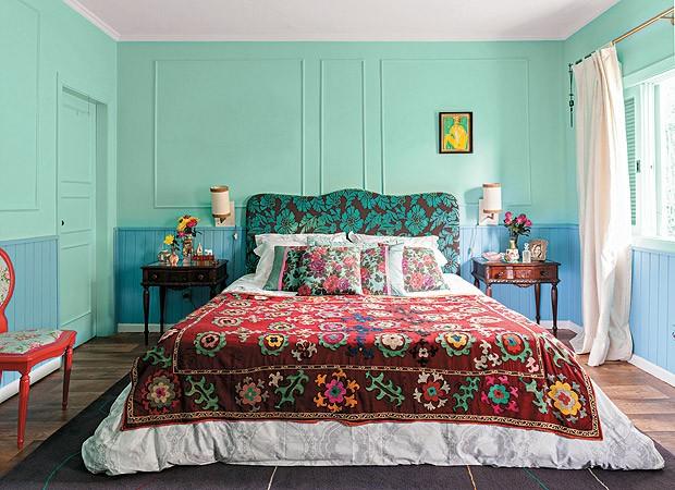 O quarto da designer de interiores Neza Cesar é colorido e, ao mesmo tempo, calmo (Foto: Victor Affaro/Casa e Jardim)