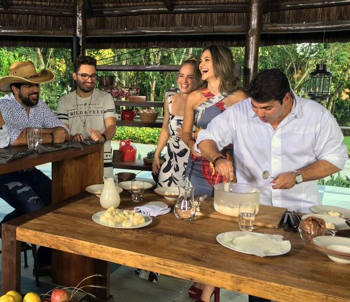 A atriz e a apresentadora se divertem na cozinha (Foto: Divulgação/Deborah Montenegro)
