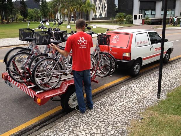 Para alugar uma bicicleta, é necessário fazer um cadastro e pagar uma taxa de inscrição de R$ 15,00  (Foto: Thais Kaniak / G1 PR)