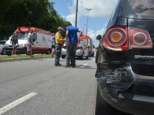Carro foi atingido por motocicleta na traseira na Rua Vereador João Freire (Foto: Walter Paparazzo/G1)