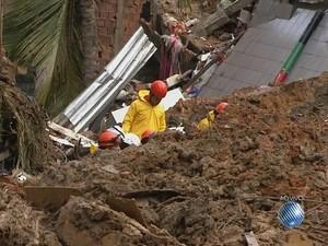 Sobe número de mortos após deslizamentos em Salvador (Foto: Reprodução)