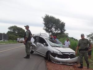 Carro bateu contra árvore na BR-135, no Sul do Piauí (Foto: Alessandro Guerra/reporteralessandroguerra.com)