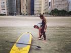 Rafaella Santos, irmã de Neymar, tem aulas de stand up paddle