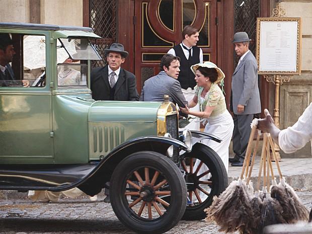 Sandra consegue tirar Teodoro da frente do carro (Foto: Lado a Lado/TV Globo)