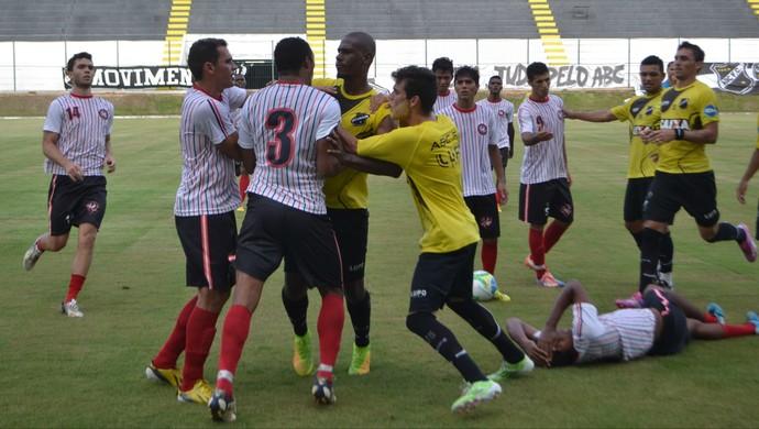 Jogadores de ABC e Atlético Potengi brigaram durante o jogo-treino, no Frasqueirão (Foto: Jocaff Souza/GloboEsporte.com)