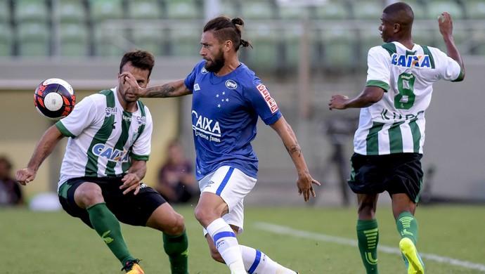 Rafael Sobis disputa bola com Renato Justi (Foto: Washington Alves/Cruzeiro)