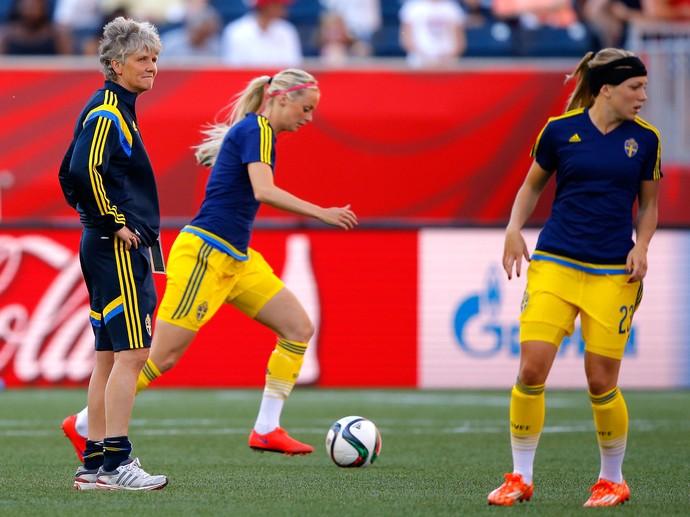 Pia Sundhage observa atletas da Suécia durante aquecimento (Foto: Kevin C. Cox/Getty Images)