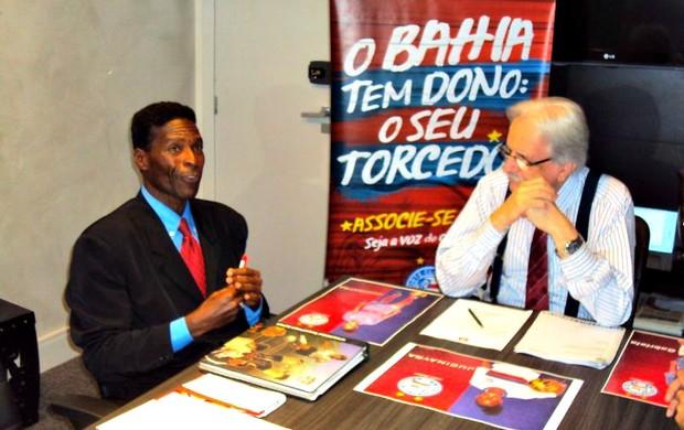 Presidente do Bahia, Fernando Schmidt, e presidente do Centro de Formação de Futebol da Bahia, Quinho assinam acordo (Foto: Divulgação/E.C. Bahia)