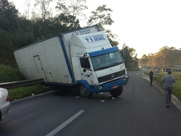 Caminhão sai da pista e fica atravessado na BR-386 no RS