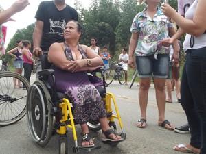Cadeirante reclama da ação da polícia em Ipaba (Foto: Patrícia Belo / G1)