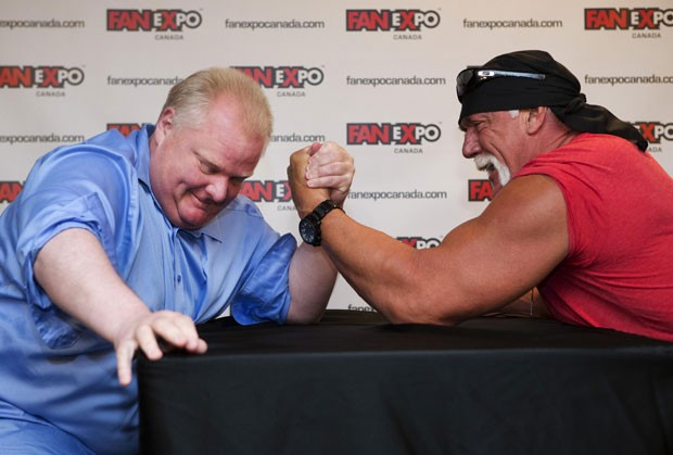 Rob Ford (esq) disputa luta de braço com o ex-lutador Hulk Hogan (Foto: Mark Blinch/Reuters)