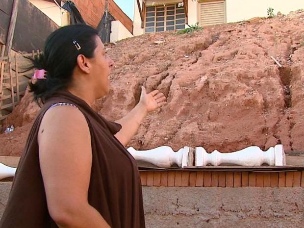 Marta Gobbo teve que improvisar uma contenção no quintal em São João da Boa Vista (Foto: Reprodução/ EPTV)