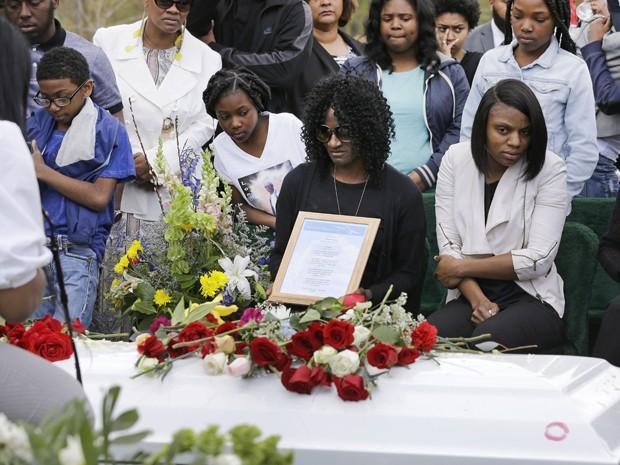 Gloria Darden, mãe de Freddie Gray (centro), participa da cerimônia de enterro do filho ao lado de familiares, no Woodlawn Cemetery, em Baltimore, na segunda-feira (27) (Foto: AP Photo/Patrick Semansky)