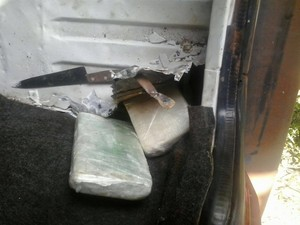 A droga foi ecnontrada em um fundo falso de um veículo (Foto: Divulgação/Polícia Federal)