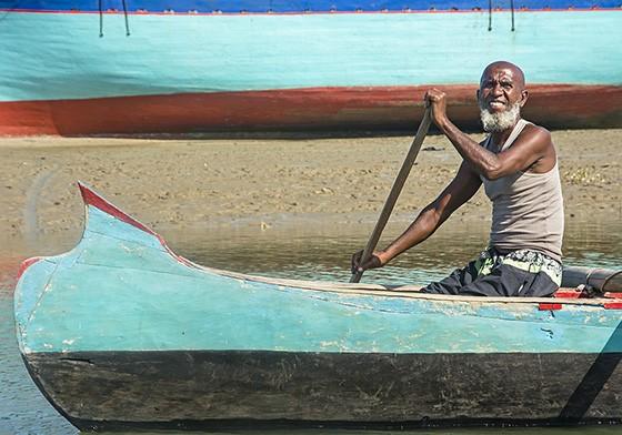 Um pescador Vezo rema pelo canal com sua canoa pintada de cores vivas. (Foto: © Haroldo Castro/Época)