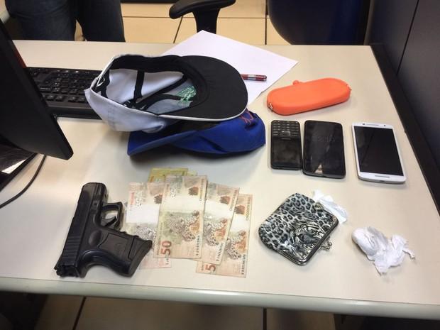 Suspeitos são detidos com réplica de arma após denúncia de roubo em Cabo Frio (Foto: Divulgação PM)