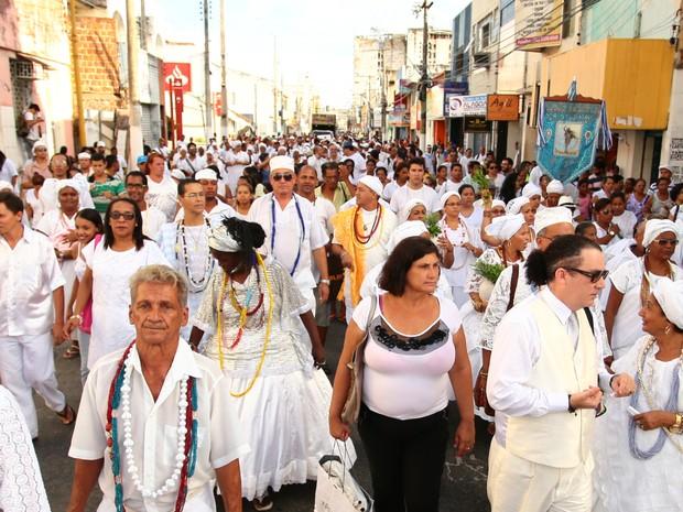 Religiosos seguiram pela Rua do Sol até a Praça dos Martírios. (Foto: Jonathan Lins/G1)