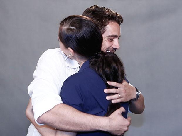 Rafael Cardoso e Paolla Oliveira se abraçam nos bastidores (Foto: Inácio Moraes/Gshow)
