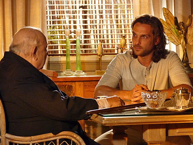 Alberto não respeita a opinião do avô (Foto: Flor do Caribe/TV Globo)