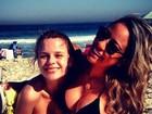 Ex-affair de Neymar posa de biquíni com irmã do craque